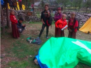Lukla: Die Mönche der Thangka-Malschule leben jetzt in Zelten