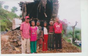Die Familie von Hira Tamang vor ihrem zerstörten Haus in der Khumbu-Region