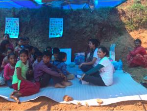 Radha Paudel - action works übergibt Lehrmaterialien an die Kinder der Region Kavrepalnchowk