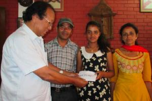 Unser Helfer Dr. Hari Shrestha (links) übergibt den Notfonds an Regina Karki
