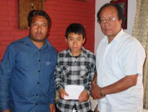 Unser Helfer Dr. Hari Shrestha (rechts) übergibt den Notfonds an Sagar Lama