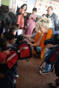 Inka verteilt Geschenke